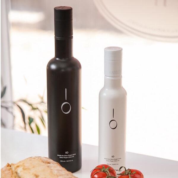 iO-Premium-Extra-Virgin-Oil-Black-&-white_1